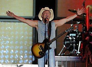 Kenny Chesney performing