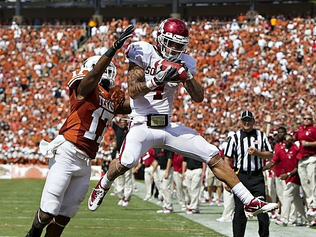 OU receiver Kenny Stills hauls in a touchdown vs. Texas.