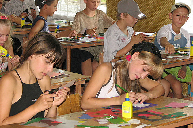 kids making crafts at a day camp
