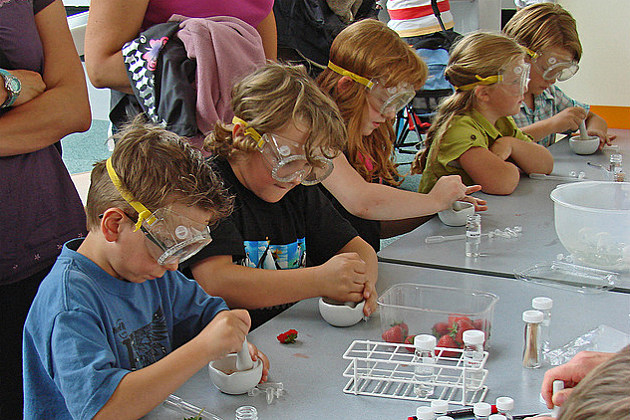 kids working on a project at a science center