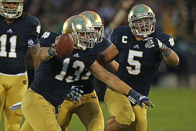 Manti T'eo (#5) leads the Fighting Irish defense into Norman.
